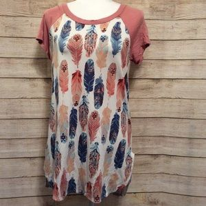 Discreet Colorful Feather Print Top